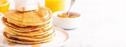 Очень вкусный домодельный завтрак с блинчиками стоковые фото