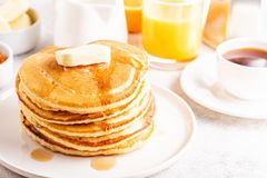 Очень вкусный домодельный завтрак с блинчиками стоковая фотография
