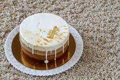 Очень вкусный домодельный именниный пирог мрамора шоколада украшенный с Стоковое Изображение RF