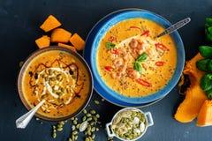Очень вкусный домодельный суп тыквы с пастбищем креветок, chili и базилика Стоковое Изображение RF
