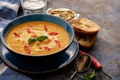 Очень вкусный домодельный суп тыквы с пастбищем креветок, chili и базилика Стоковое Фото