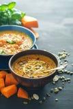 Очень вкусный домодельный суп тыквы с пастбищем креветок, chili и базилика Стоковое Изображение