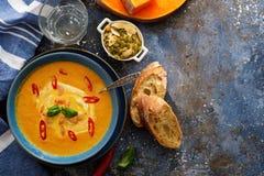 Очень вкусный домодельный суп тыквы с пастбищем креветок, chili и базилика Стоковая Фотография