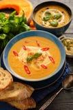 Очень вкусный домодельный суп тыквы с пастбищем креветок, chili и базилика Стоковое фото RF