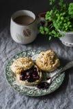 Очень вкусный завтрак или завтрак-обед - scones с маслом и вареньем и кофе на уютном доме Стоковые Фото