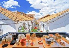 Очень вкусный завтрак и красивый вид в ресторане графства Cusco, Перу Вы можете увидеть крышу домов и голубого неба стоковая фотография rf
