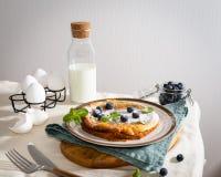 Очень вкусный завтрак на таблице Голландский блинчик младенца служил со свежими ягодами и мятой скопируйте космос Завтрак, рестор стоковое фото