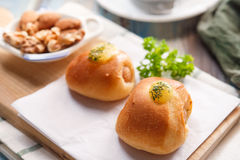 Очень вкусный завтрак служил с хлебом, coff черноты Rolls сосиски Стоковая Фотография