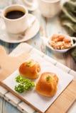 Очень вкусный завтрак служил с хлебом, coff черноты Rolls сосиски Стоковые Фото