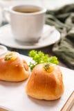 Очень вкусный завтрак служил с хлебом, coff черноты Rolls сосиски Стоковое Фото