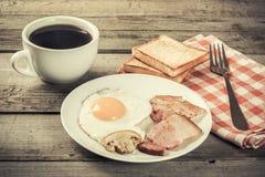 Очень вкусный завтрак с яичками и беконом, фото vntage Стоковое Фото