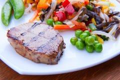 Очень вкусный зажаренный стейк с овощами Стоковые Изображения
