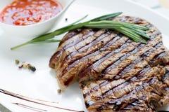 Очень вкусный зажаренный стейк с соусом и специями на белой плите Стоковое фото RF