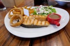 Очень вкусный зажаренный стейк Teriyaki salmon гарнированный с зажаренным ананасом Стоковая Фотография