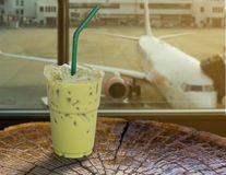 Очень вкусный замороженный зеленый чай на авиапорте Стоковая Фотография RF