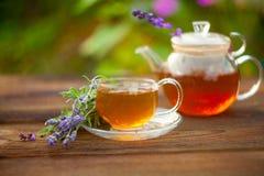 Очень вкусный зеленый чай в красивом стеклянном шаре на таблице стоковые фотографии rf