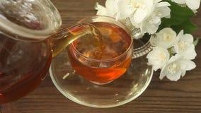 Очень вкусный зеленый чай в красивом стеклянном шаре на таблице акции видеоматериалы