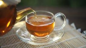 Очень вкусный зеленый чай в красивом стеклянном шаре на таблице видеоматериал