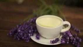 Очень вкусный зеленый чай в красивом стеклянном шаре на таблице сток-видео