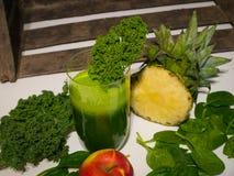 Очень вкусный зеленый Smoothie листовой капусты с ананасом и Яблоком Стоковые Изображения RF