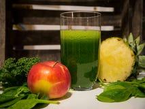 Очень вкусный зеленый Smoothie листовой капусты с ананасом и Яблоком Стоковая Фотография RF