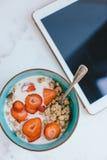 Очень вкусный здоровый завтрак и таблетка цифров на кухонном столе Стоковые Фотографии RF