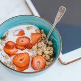 Очень вкусный здоровый завтрак и таблетка цифров на кухонном столе Стоковые Фото