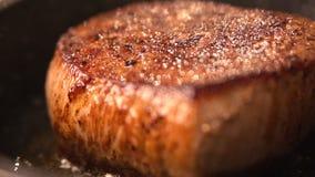 Очень вкусный здоровый крупный план еды Мы варим мясо в кухне в сковороде быстро сток-видео