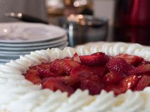 Очень вкусный именниный пирог клубники со сливками стоковые изображения rf