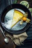 Очень вкусный лимон, пирог известки кисло Атмосфера ресторана или кафа Винтаж стоковое фото rf