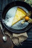Очень вкусный лимон, пирог известки кисло Атмосфера ресторана или кафа Винтаж стоковые изображения rf