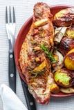 Очень вкусный и аппетитный tenderloin зажаренной в духовке свинины со специями и картошками стоковое изображение rf