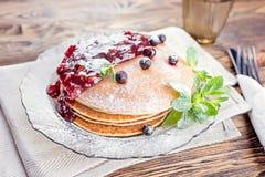 Очень вкусный и здоровый завтрак блинчиков с ягодами, варенье стоковое фото rf