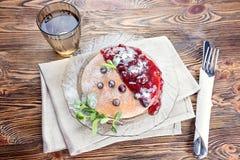 Очень вкусный и здоровый завтрак блинчиков с ягодами, варенье стоковые изображения