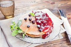 Очень вкусный и здоровый завтрак блинчиков с ягодами, варенье стоковые фотографии rf
