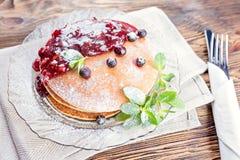 Очень вкусный и здоровый завтрак блинчиков с ягодами, варенье стоковое фото