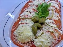 Очень вкусный и роскошный аперитив с свежими кусками томатов стоковое фото rf