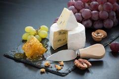 Очень вкусный камамбер с свежими медом, виноградинами и гайками стоковая фотография rf