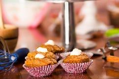 Очень вкусный коричневый цвет покрасил булочки с соусом карамельки и отбензиниванием сливк, красочным тортом в предпосылке, конце Стоковые Изображения RF