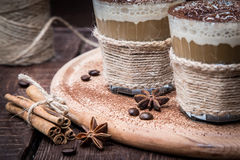 Очень вкусный кофе с сливк и какао, селективным фокусом и тонизированный Стоковая Фотография RF