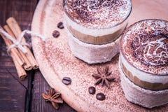 Очень вкусный кофе с сливк и какао, селективным фокусом и тонизированный Стоковые Фотографии RF