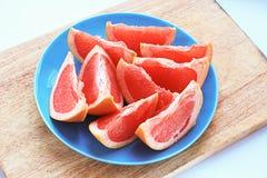 Очень вкусный кусок грейпфрута на плите Стоковые Фото