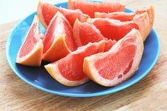 Очень вкусный кусок грейпфрута на плите Стоковая Фотография
