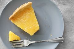 Очень вкусный кусок пирога с вилкой Стоковое фото RF