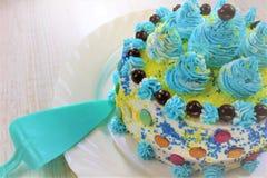 Очень вкусный кусок торта на голубой и белой плите с шоколадом стоковые фотографии rf