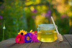 Очень вкусный очень вкусный мед в опарнике на таблице Стоковое фото RF