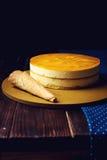 Очень вкусный мульти-наслоенный торт манго плодоовощ стоит на круговом основании Стоковая Фотография