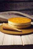 Очень вкусный мульти-наслоенный торт манго плодоовощ стоит на круговом основании Стоковые Фото