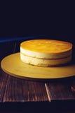 Очень вкусный мульти-наслоенный торт манго плодоовощ стоит на круговом основании Стоковое Изображение