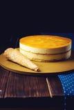 Очень вкусный мульти-наслоенный торт манго плодоовощ стоит на круговом основании Стоковые Изображения RF